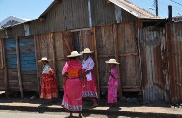 Madagaskar Frauen festlich gekleidet