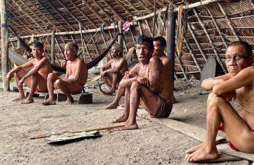 Yanomami Männer im Shabono